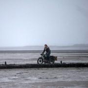 Jeremy Irvine - galeria zdjęć - Zdjęcie nr. 7 z filmu: Anioł śmierci