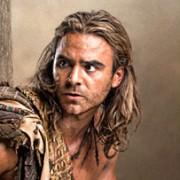 Dustin Clare - galeria zdjęć - Zdjęcie nr. 1 z filmu: Spartakus: Zemsta