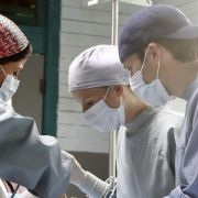 Mamie Gummer - galeria zdjęć - Zdjęcie nr. 10 z filmu: Off the Map: Klinika w tropikach