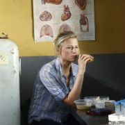 Mamie Gummer - galeria zdjęć - Zdjęcie nr. 18 z filmu: Off the Map: Klinika w tropikach