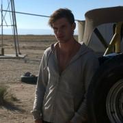 Jeremy Irvine - galeria zdjęć - Zdjęcie nr. 10 z filmu: Pojedynek na pustyni