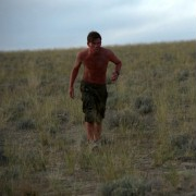 Jeremy Irvine - galeria zdjęć - Zdjęcie nr. 14 z filmu: Pojedynek na pustyni