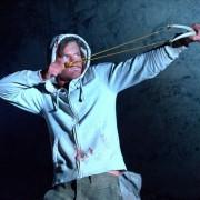 Jeremy Irvine - galeria zdjęć - Zdjęcie nr. 20 z filmu: Pojedynek na pustyni