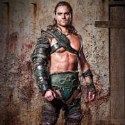 Dustin Clare - galeria zdjęć - Zdjęcie nr. 15 z filmu: Spartakus: Bogowie areny