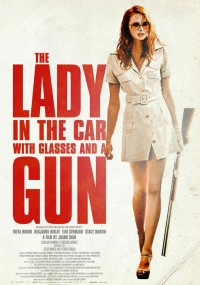La dame dans l'auto avec un fusil et des lunettes