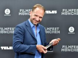Ralph Fiennes jako rzucająca uczniami dyrektorka szkoły