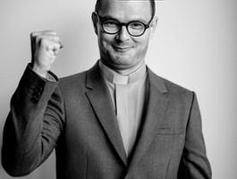 FOTO: Dawid Ogrodnik jako ksiądz Jan Kaczkowski