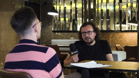 Kadr z video Piotr Stasik o tym, jak powstawał filmowy portret Krystiana Lupy