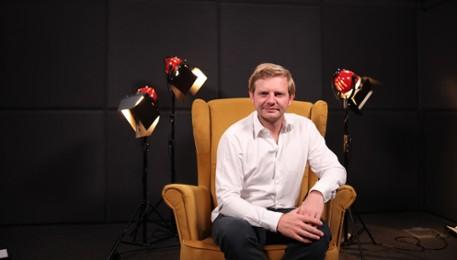 Kadr z video Rafał Zawierucha