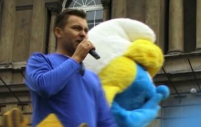 Kadr z video Smerfna parada w Warszawie
