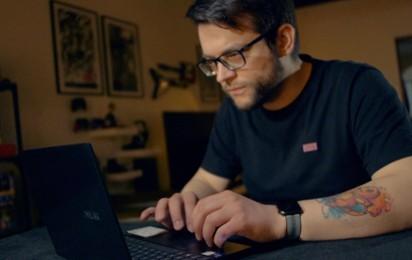 Kadr z video Dlaczego ekrany OLED w laptopach to przyszłość