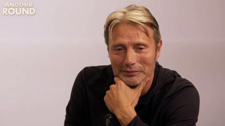 Kadr z video Mads Mikkelsen i Thomas Vinterberg dla Filmwebu